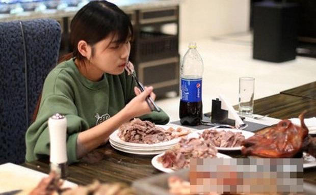 Ăn hết 6kg thịt bò và 15kg hải sản nhưng vẫn chưa no, cô gái bị hàng loạt nhà hàng buffet cấm cửa vĩnh viễn - Ảnh 2.