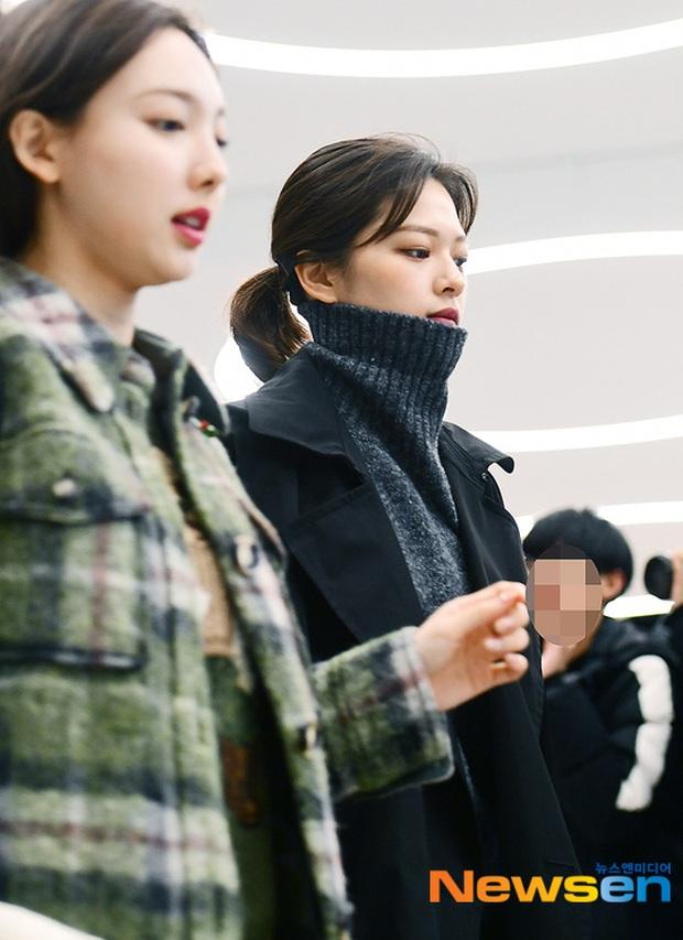 Quân đoàn sao Hàn rũ rượi đổ bộ sân bay hậu MAMA: Jin (BTS) khoe chân dài miên man, TWICE và ITZY xuề xòa đáng thất vọng - Ảnh 12.