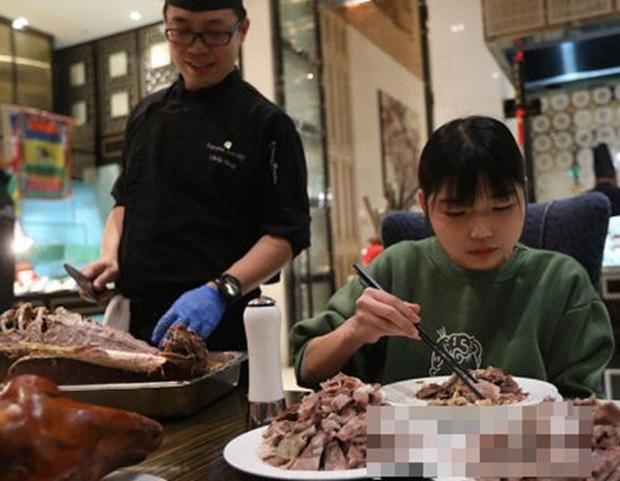 Ăn hết 6kg thịt bò và 15kg hải sản nhưng vẫn chưa no, cô gái bị hàng loạt nhà hàng buffet cấm cửa vĩnh viễn - Ảnh 1.