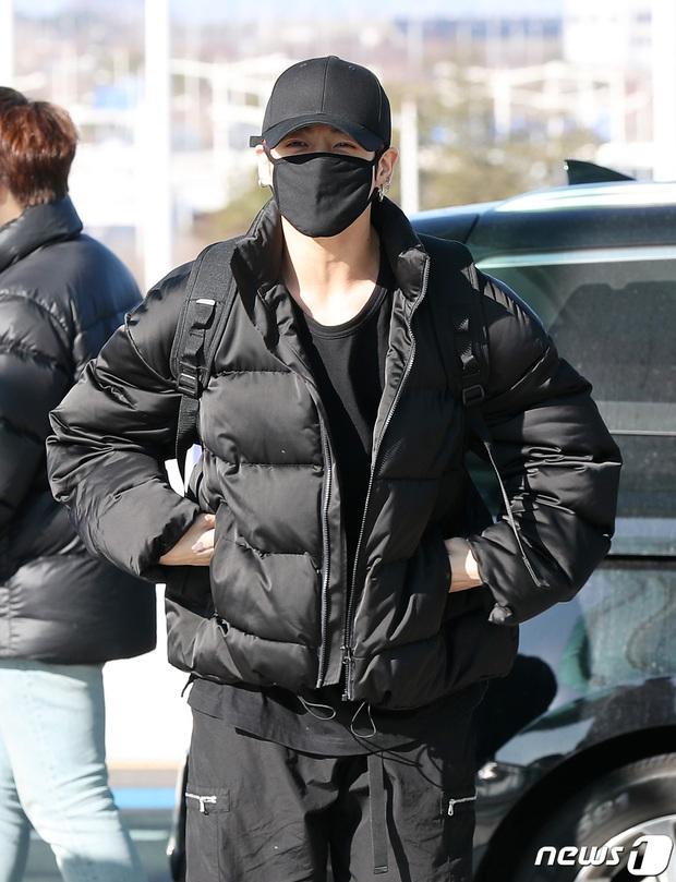 Quân đoàn sao Hàn rũ rượi đổ bộ sân bay hậu MAMA: Jin (BTS) khoe chân dài miên man, TWICE và ITZY xuề xòa đáng thất vọng - Ảnh 6.