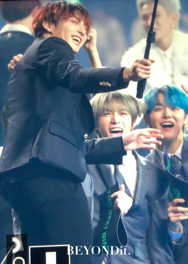 """Vui như anh em nhà Big Hit trảy hội MAMA: TXT sướng rơn khi lọt vào """"Jungkook Vlog"""", BTS reaction nồng nhiệt trước sân khấu của đàn em - Ảnh 6."""