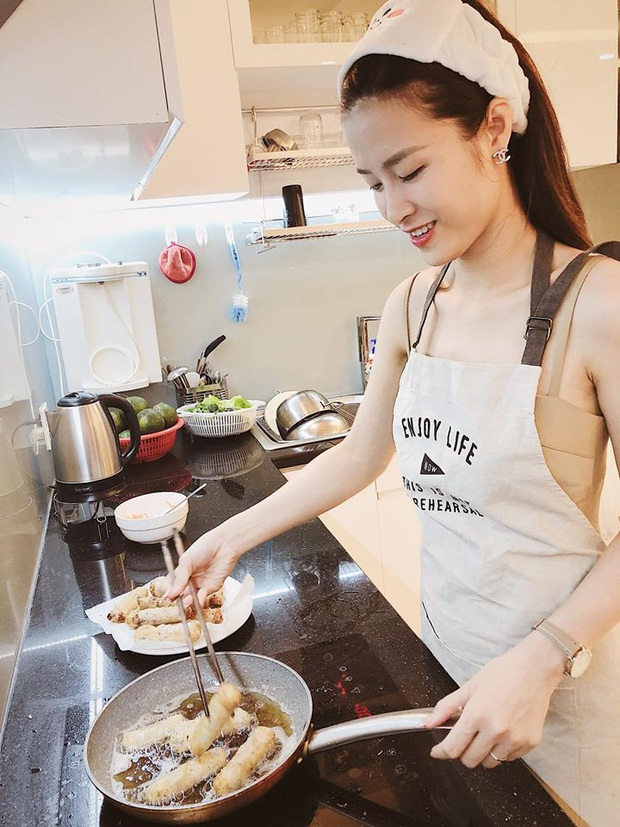Cưới xong Đông Nhi hoá thành vợ đảm, đứng rán chả giò chờ Ông Cao Thắng về ăn lúc… nửa đêm - Ảnh 3.