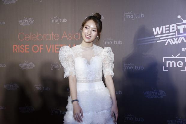 Bắn vèo vèo 4 ngoại ngữ trên thảm đỏ phỏng vấn loạt nghệ sĩ Quốc tế, Khánh Vy được dân mạng khen ngợi hết lời - Ảnh 3.