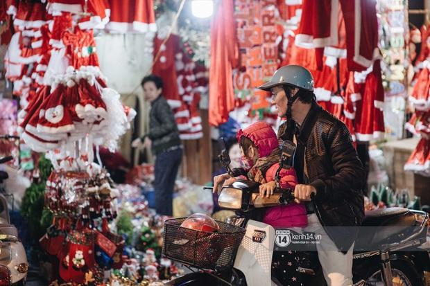 Đến hẹn lại lên: Phố Hàng Mã trang hoàng sáng rực nửa tháng trước Noel, thời điểm này là hoàn hảo để check-in vì cực vắng người - Ảnh 3.