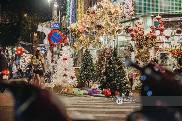 Đến hẹn lại lên: Phố Hàng Mã trang hoàng sáng rực nửa tháng trước Noel, thời điểm này là hoàn hảo để check-in vì cực vắng người - Ảnh 7.