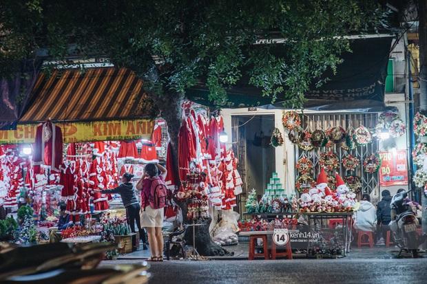 Đến hẹn lại lên: Phố Hàng Mã trang hoàng sáng rực nửa tháng trước Noel, thời điểm này là hoàn hảo để check-in vì cực vắng người - Ảnh 5.