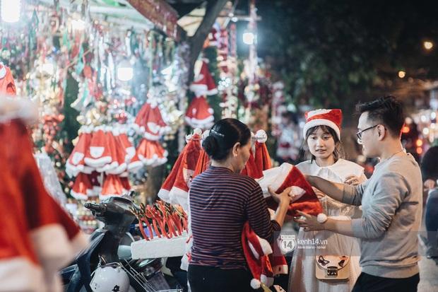 Đến hẹn lại lên: Phố Hàng Mã trang hoàng sáng rực nửa tháng trước Noel, thời điểm này là hoàn hảo để check-in vì cực vắng người - Ảnh 8.