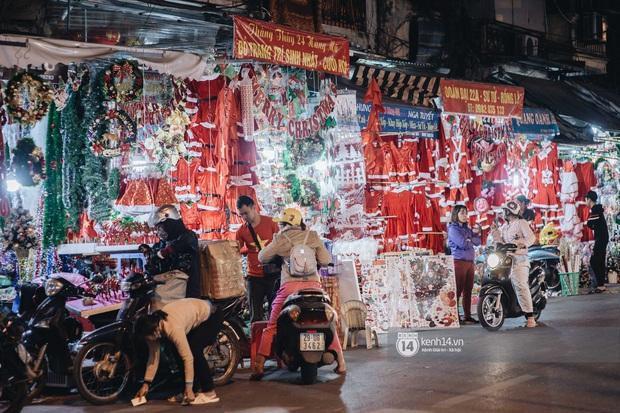 Đến hẹn lại lên: Phố Hàng Mã trang hoàng sáng rực nửa tháng trước Noel, thời điểm này là hoàn hảo để check-in vì cực vắng người - Ảnh 11.