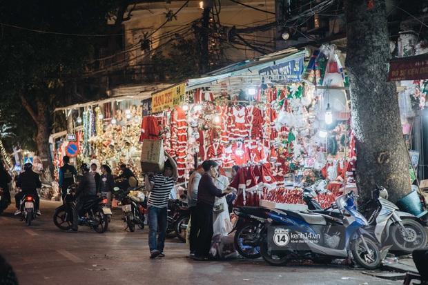 Đến hẹn lại lên: Phố Hàng Mã trang hoàng sáng rực nửa tháng trước Noel, thời điểm này là hoàn hảo để check-in vì cực vắng người - Ảnh 4.