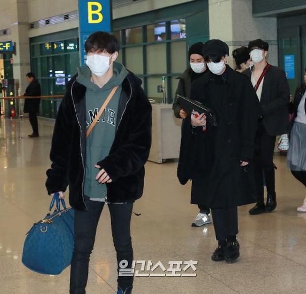 Quân đoàn sao Hàn rũ rượi đổ bộ sân bay hậu MAMA: Jin (BTS) khoe chân dài miên man, TWICE và ITZY xuề xòa đáng thất vọng - Ảnh 28.