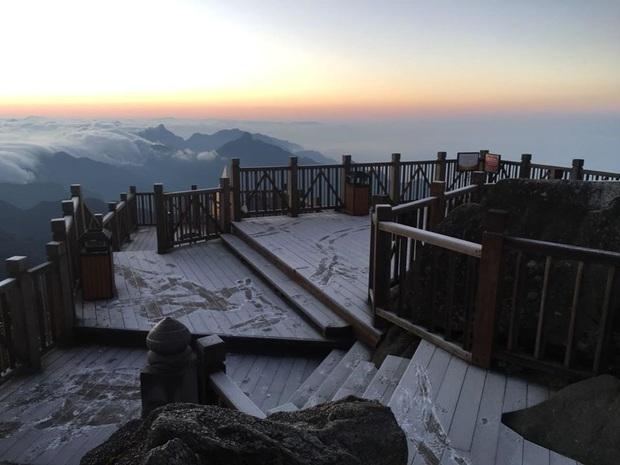 """HOT: Xuất hiện băng giá phủ trắng đỉnh Fansipan, dân tình rục rịch rủ nhau cuối năm lên Sa Pa """"săn"""" tuyết rơi - Ảnh 1."""