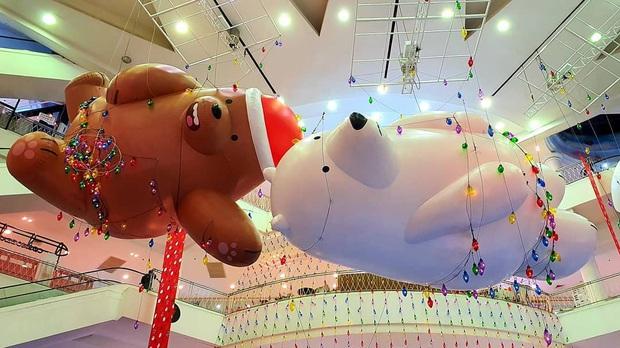 """Bị bắt trói rồi treo lửng lơ trong TTTM Thái Lan để… trang trí Noel, bộ 3 """"We Bare Bears"""" khiến dân mạng cười ra nước mắt - Ảnh 14."""