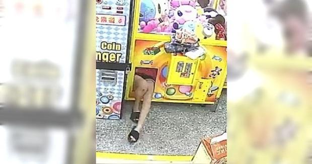 Sáng sớm phát hiện máy gắp thú bị hư, chủ tiệm kiểm tra camera nhìn thấy một đôi chân trong máy và lập tức báo cảnh sát - Ảnh 1.
