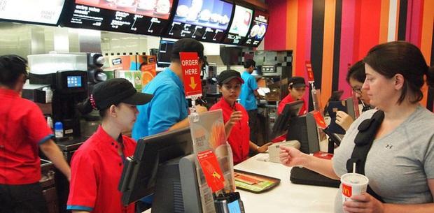 Mỗi lần vào McDonald's, khách hàng sẽ được ăn 5 'cú lừa' miễn phí: Sập bẫy từ menu đến quảng cáo giăng sẵn, bị 'dắt mũi' nhưng vẫn vui vẻ móc túi trả tiền! - Ảnh 2.