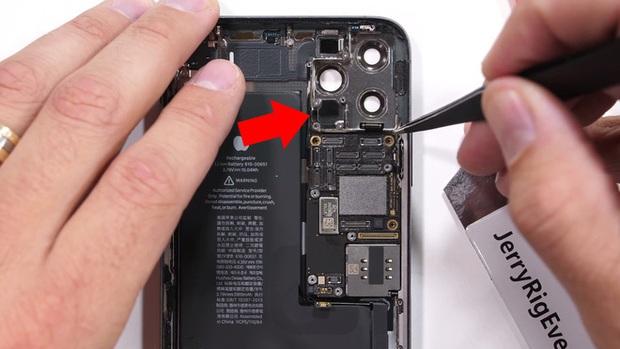 Bị đạn bắn xuyên thủng một lỗ, iPhone 11 Pro Max vẫn vô tư dùng như chưa có chuyện gì xảy ra - Ảnh 2.