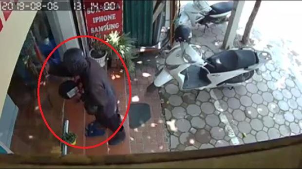 Hà Nội: Nữ chủ cửa hàng điện thoại kể lại giây phút đối mặt với đối tượng đen như Bao Công đập đĩa xin tiền vào cửa kính - Ảnh 1.