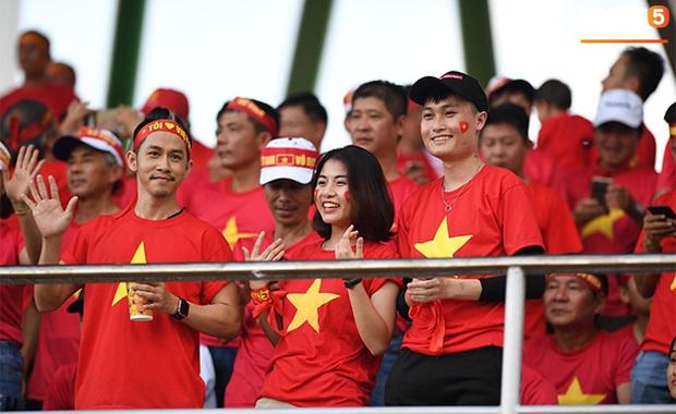 CĐV Việt Nam đang ở Philippines nghĩ gì về quyết định để Bùi Tiến Dũng dự bị? - Ảnh 2.