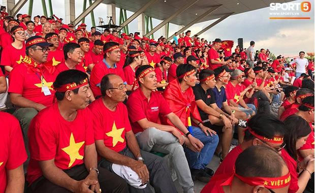 CĐV Việt Nam đang ở Philippines nghĩ gì về quyết định để Bùi Tiến Dũng dự bị? - Ảnh 3.