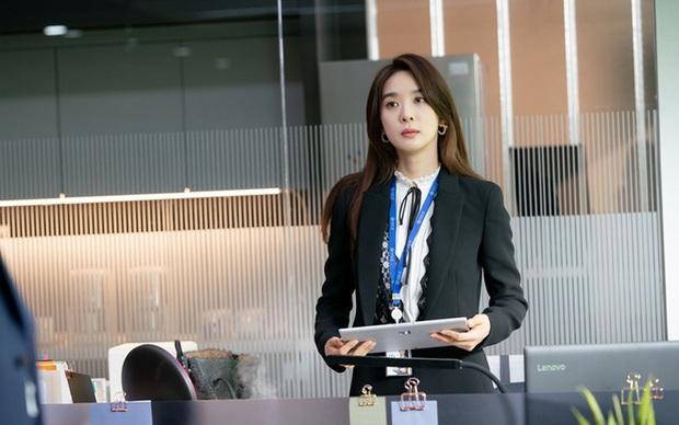 Từ chị gái bán mì vạn người gato, Lee Chung Ah giờ là cô nhân viên trừng trị hội khách mẹ thiên hạ ở Vị Khách Vip - Ảnh 10.