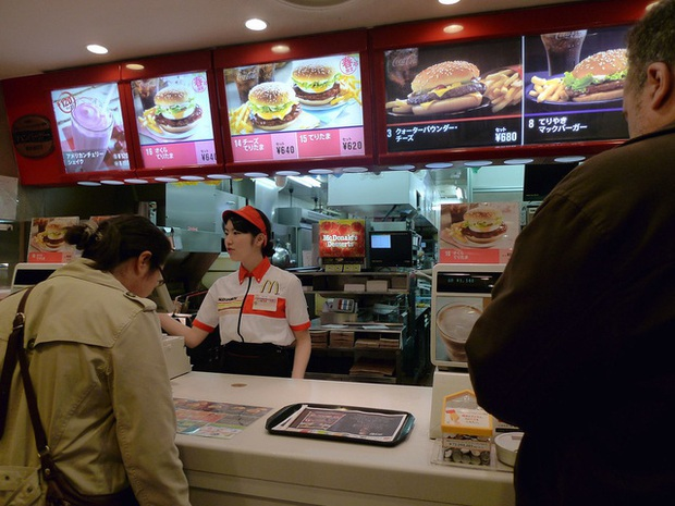Mỗi lần vào McDonald's, khách hàng sẽ được ăn 5 'cú lừa' miễn phí: Sập bẫy từ menu đến quảng cáo giăng sẵn, bị 'dắt mũi' nhưng vẫn vui vẻ móc túi trả tiền! - Ảnh 3.