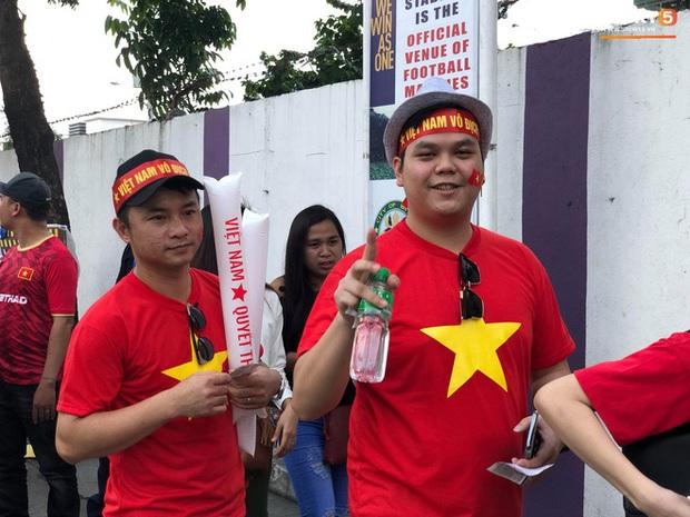 CĐV Việt Nam đang ở Philippines nghĩ gì về quyết định để Bùi Tiến Dũng dự bị? - Ảnh 4.