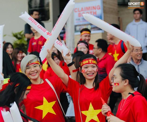 CĐV Việt Nam đang ở Philippines nghĩ gì về quyết định để Bùi Tiến Dũng dự bị? - Ảnh 6.