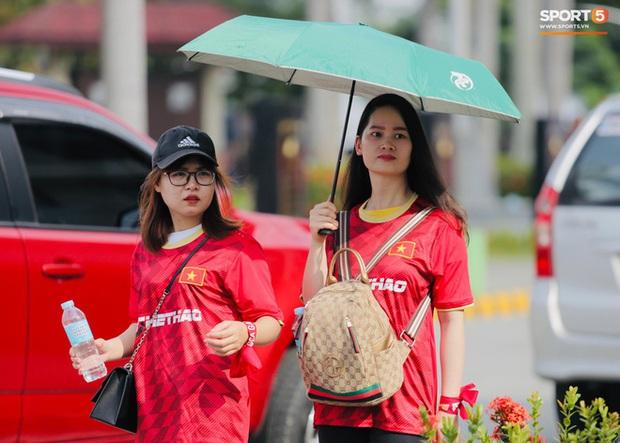CĐV Việt Nam đang ở Philippines nghĩ gì về quyết định để Bùi Tiến Dũng dự bị? - Ảnh 7.