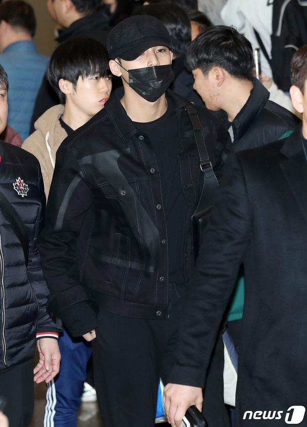 Quân đoàn sao Hàn rũ rượi đổ bộ sân bay hậu MAMA: Jin (BTS) khoe chân dài miên man, TWICE và ITZY xuề xòa đáng thất vọng - Ảnh 21.