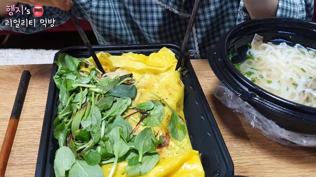 Mắt tròn mắt dẹt với cách ăn phở chẳng giống ai của Youtuber người Hàn Quốc: trộn cơm với nước phở lại còn ăn cùng kim chi - Ảnh 6.