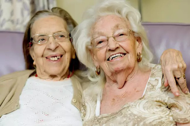 Hai cụ bà chơi thân gần 80 năm, đến lúc già vẫn dắt nhau chuyển đến viện dưỡng lão ở cùng cho vui - Ảnh 1.