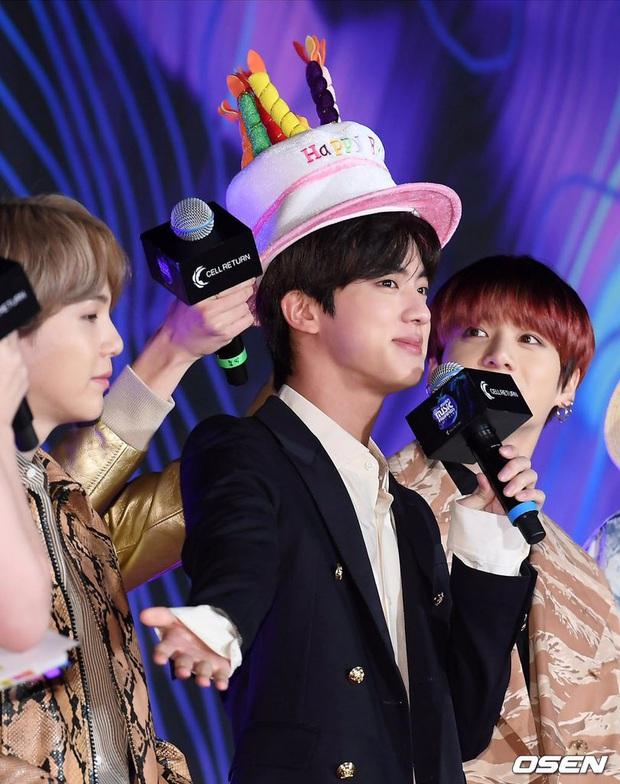 Màn thả thính khiến 38.000 khán giả phì cười tại MAMA 2019: Anh cả Jin (BTS) đáp lại như thế nào khi được thả tim? - Ảnh 4.