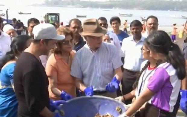 Vua và Hoàng hậu Thụy Điển dọn rác trên bãi biển Ấn Độ - Ảnh 1.