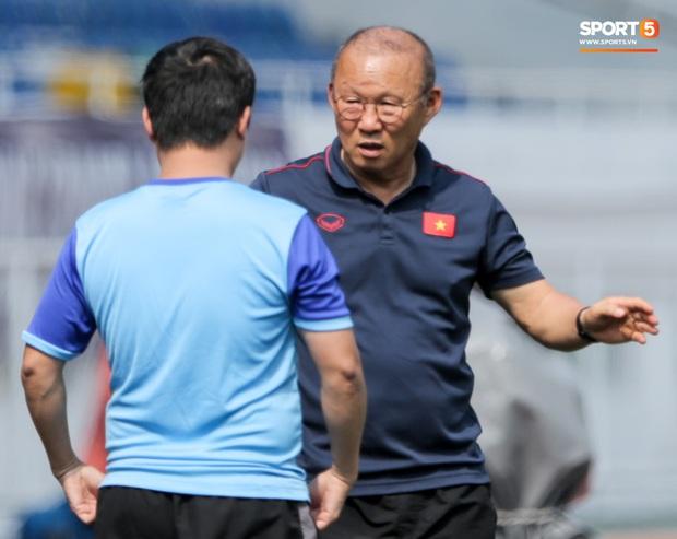 HLV Park Hang-seo giả lập tình huống sai lầm của Văn Toản ở trận gặp Thái Lan cho Bùi Tiến Dũng tập luyện - Ảnh 8.