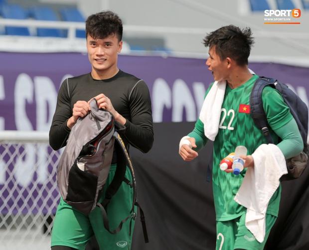 HLV Park Hang-seo giả lập tình huống sai lầm của Văn Toản ở trận gặp Thái Lan cho Bùi Tiến Dũng tập luyện - Ảnh 2.