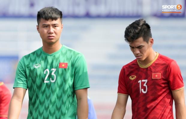 HLV Park Hang-seo giả lập tình huống sai lầm của Văn Toản ở trận gặp Thái Lan cho Bùi Tiến Dũng tập luyện - Ảnh 4.