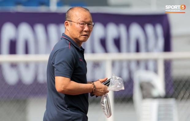 HLV Park Hang-seo giả lập tình huống sai lầm của Văn Toản ở trận gặp Thái Lan cho Bùi Tiến Dũng tập luyện - Ảnh 9.