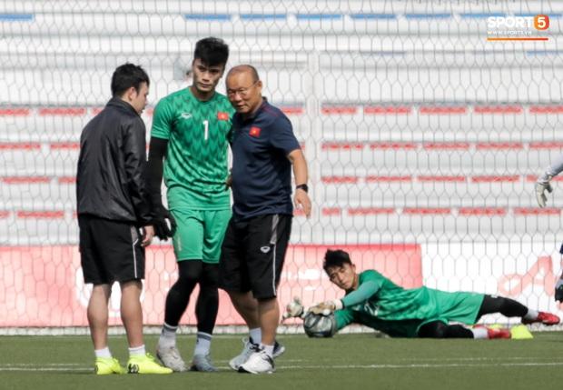 HLV Park Hang-seo giả lập tình huống sai lầm của Văn Toản ở trận gặp Thái Lan cho Bùi Tiến Dũng tập luyện - Ảnh 3.