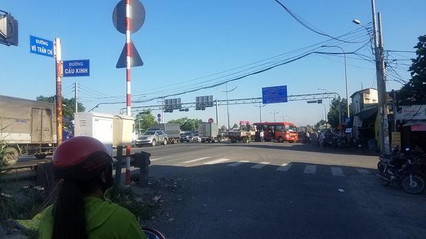 Xe tải cẩu húc xe khách, 5 người bị thương nặng nhập viện cấp cứu ở Sài Gòn - Ảnh 3.