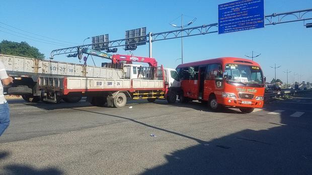 Xe tải cẩu húc xe khách, 5 người bị thương nặng nhập viện cấp cứu ở Sài Gòn - Ảnh 2.
