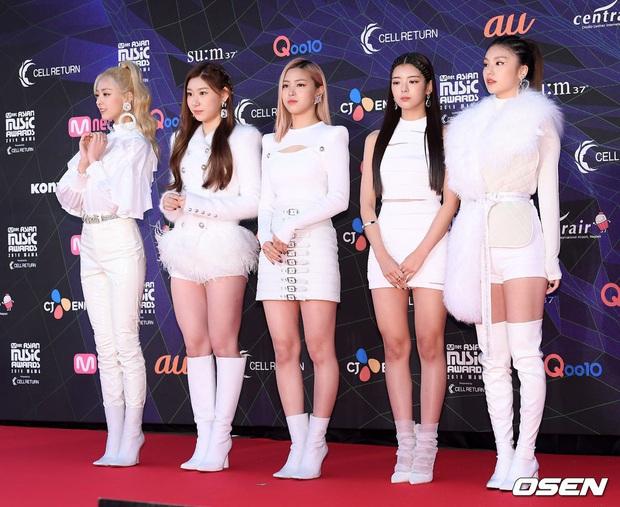 Tưởng JYP chịu đầu tư cho gà nhà ai ngờ vẫn keo: ITZY tại MAMA 2019 mặc lại đồ giống Rosé (BLACKPINK) từ SBS Gayo Daejun... 2 năm về trước! - Ảnh 2.