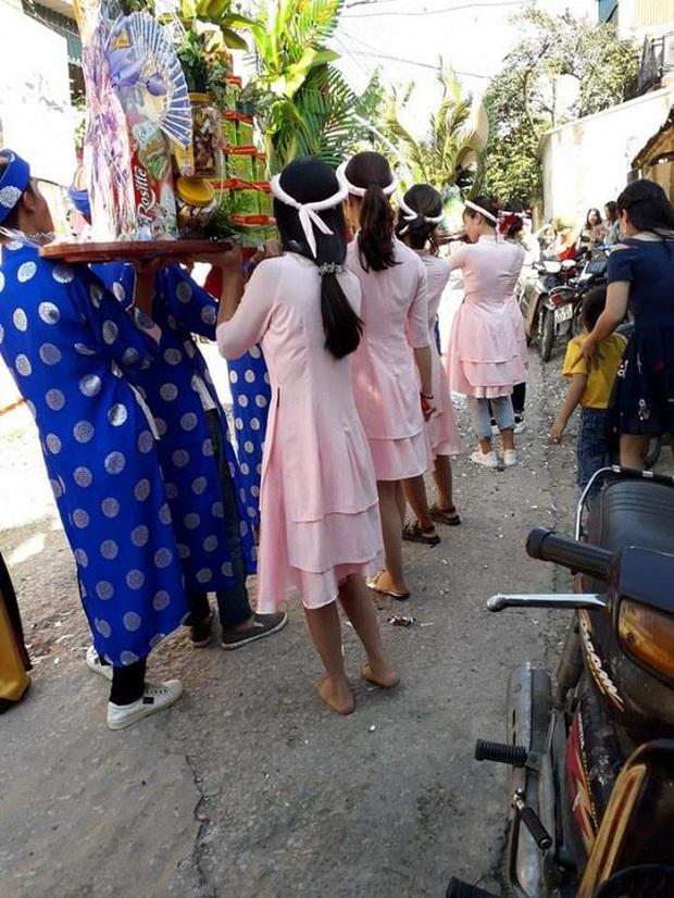 Dàn bê tráp mặc áo dài hồng phấn cực xinh, nhưng nhìn xuống chân lại khiến cô dâu - chú rể lẫn dân mạng giận tím người - Ảnh 1.