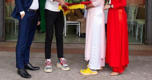Dàn bê tráp mặc áo dài hồng phấn cực xinh, nhưng nhìn xuống chân lại khiến cô dâu - chú rể lẫn dân mạng giận tím người - Ảnh 2.