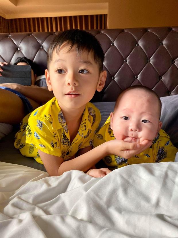 Khéo sinh như Trà My Idol: Con trai đầu sở hữu hết nét đẹp từ mẹ, con trai út giống ba như đúc, đã điển trai lại dễ thương hết nấc - Ảnh 3.