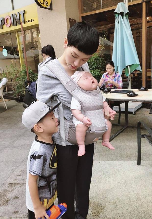 Khéo sinh như Trà My Idol: Con trai đầu sở hữu hết nét đẹp từ mẹ, con trai út giống ba như đúc, đã điển trai lại dễ thương hết nấc - Ảnh 2.