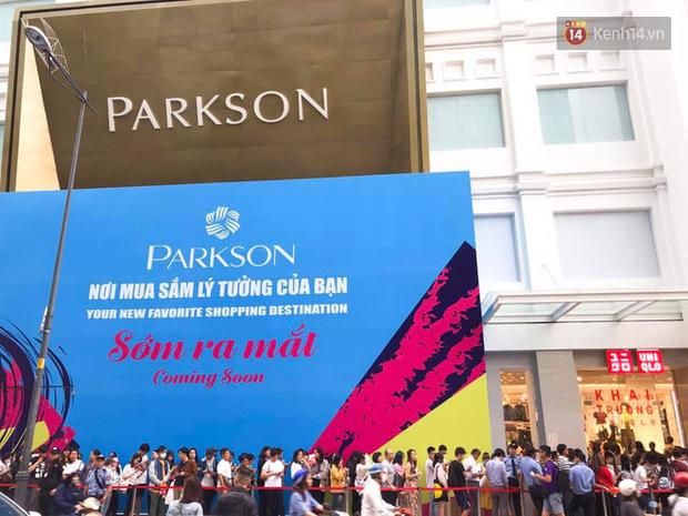 Store UNIQLO càng về chiều càng đông: Khách xếp hàng dài hơn trăm mét được staff phát ô cho đỡ nắng, có người đợi đến 1,5 giờ mới được vào shopping - Ảnh 2.
