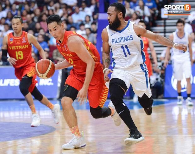 Bất lợi quá lớn về mặt thể hình, đội tuyển bóng rổ Việt Nam nhận thất bại với tỉ số đậm trước chủ nhà Philippines - Ảnh 4.
