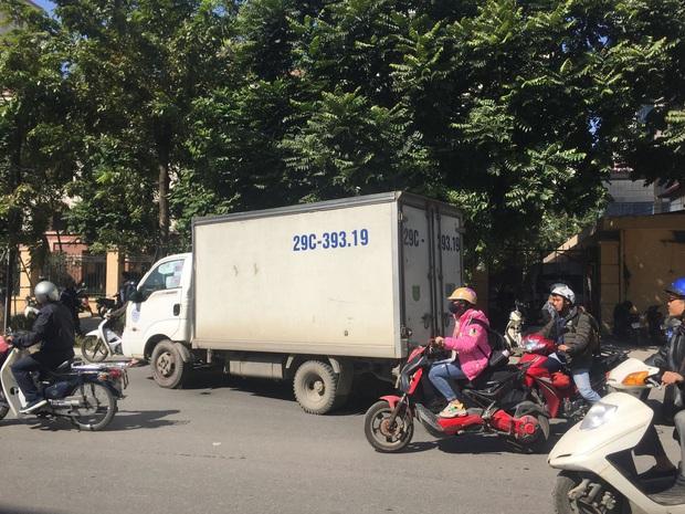 Hà Nội: Xe tải chở hàng va chạm với xe máy, hai người tử vong thương tâm - Ảnh 3.