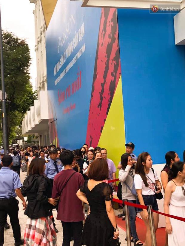 Store UNIQLO càng về chiều càng đông: Khách xếp hàng dài hơn trăm mét được staff phát ô cho đỡ nắng, có người đợi đến 1,5 giờ mới được vào shopping - Ảnh 4.