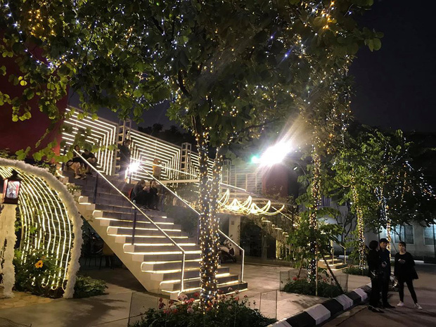Noel ở trường Đại học Thằng Long - nơi dành cho rich kids: Có cả khu vườn địa đàng lẫn máy phun tuyết nhân tạo, lung linh không khác gì Châu Âu - Ảnh 2.