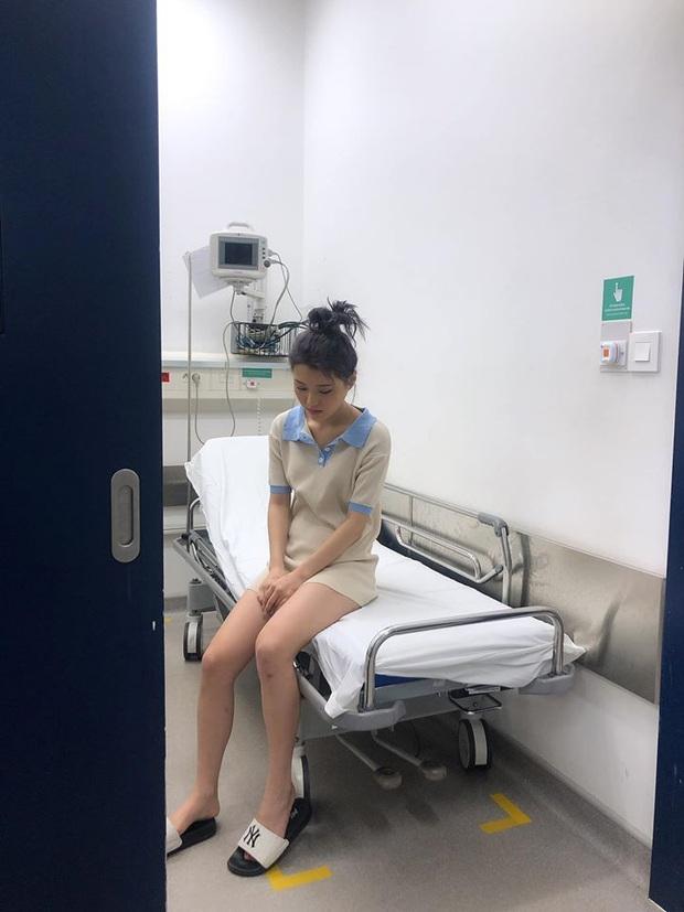 Han Sara bất ngờ nhập viện vì bị trật chân liên tục, phải dùng xe lăn để di chuyển sau khi cố nén đau đi tham dự sự kiện - Ảnh 2.